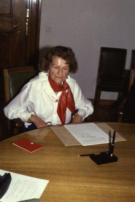 Barbara Frey unterzeichnet Erbvertrag mit dem Verein Käfer für Basel.